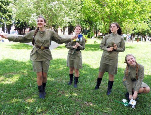 Шли на фронт девчонки добровольно…